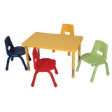 Kinder, die Schreibtisch und Stuhl für Schulmöbel erlernen
