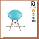青いカラープラスチック椅子の木足のレプリカのDawの椅子