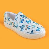 白い蝶は偶然のスニーカーのKdの女の子の学校の靴を実行する平たい箱をからかう