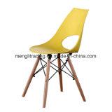 現代ブナの森デザイン食堂のプラスチック椅子