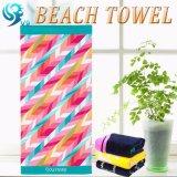 明るく花模様のビーチタオル