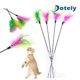 A varinha engraçada do brinquedo do animal de estimação do caçador do fio da pena da provocação do animal de estimação do gatinho do gato perla o jogo