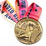 Preiswerter Entwurfs-heißes Abenteuer des Zoll-3D sterben Form überzogene gravierte Firmenzeichen-alte Sportereignis-Preis-Medaillon-Medaille mit Farbband