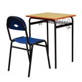 Mesa do estudante da madeira compensada do metal com as cadeiras nas salas de aula
