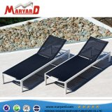 Chaise longue en plein air et de chaises longues avec une belle piscine de la plage de conception pour les loisirs