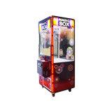 La branca della gru lavora la macchina alla macchina della branca del regalo per il centro del gioco