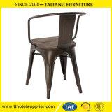 椅子の古い方法デザインを食事する携帯用スタック可能製造者の金属のトリムの椅子の喫茶店の椅子のレストラン