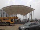 Hermosa estructura de membrana para estacionamiento de autos