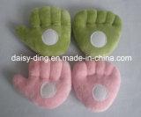 손과 장난감 발 모양 아기