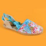 L'impression de fleur de mode de dames attachent les santals bleus d'espadrilles