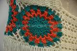 女性はサイズの水着とホールターのかぎ針編みに縁を付けた