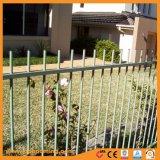 棒の上アルミニウム粉の上塗を施してある庭の塀