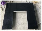 Foyer noir de cheminée de granit et panneau arrière