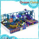 子供の創造的なレクリエーションによって曲げられるスライドの運動場