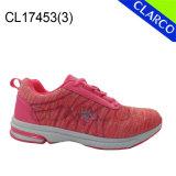 Frauen-Sport, der Turnschuh-Schuhe mit Gummisohle laufen lässt