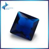 보석 만들기를 위한 사각에 의하여 잘리는 파란 유리제 원석 구슬