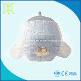 Richiedere il pannolino assistenza a gettare del bambino con il cinturino dell'elastico dell'abbraccio