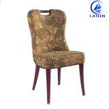 金属はレストランのホテルの食堂に使用した木の家具の椅子を模倣した