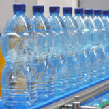 水びん詰めにする機械飲料水の瓶詰工場