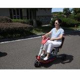Personas mayores tres de la rueda de la vespa de la movilidad