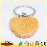 Настраиваемые формы обставлены деревянной цепочке для ключей с выгравированными логотип