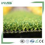 인공적인 잔디를 마루청을 까는 옥외 농구