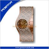 細い表面方法様式のチャーミングな女性の腕時計