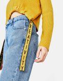 女性はスリットが付いている首によって肋骨で補強されるセーターのあたりで作る