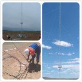 El enrejado de acero de la torre Guyed Telecom