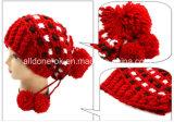 手によって編まれる海賊帽子、ニットの冬の帽子、暖かい帽子のボンネット