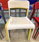 Muebles al aire libre del jardín que cenan la silla y la silla del plástico de los vectores