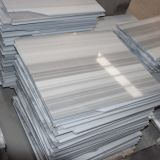 Bellos azulejos de mármol blanco de la raya todo el color de la losa del piso