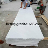 Parete di marmo bianca come la neve delle mattonelle e marmo bianco puro del pavimento