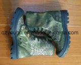 方法人は軍隊のカムフラージュの靴の通気性の軍隊のブートをひもで締める