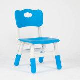 A tabela plástica dos melhores miúdos azuis bem escolhidos dos produtos e 4 cadeiras ajustaram a escola colorida do divertimento do jogo da mobília Home