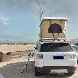 La vetroresina fuori strada del rimorchio di campeggiatore 4X4 schiocca in su la tenda dura della parte superiore del tetto