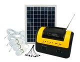 Nuevo sistema de iluminación solar casero con el panel solar 10W para el uso de interior