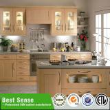 Montage-zum klassischen Küche-Schrank mit Küche-Insel vorbereiten