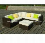 テラスの屋外のソファーは居間の藤の家具をセットする