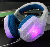 A luz de LED coloridos para jogos de PC e auscultadores estéreo