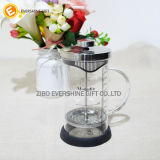 Выпивая кружки кофеего чая высокого качества приборов
