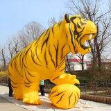 観覧のための2頭の美しく黄色く膨脹可能なトラ