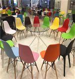 Популярные пластичные стулы с мебелью стула офиса колес