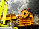 Minerale metallifero della roccia granitica caolinizzata che schiaccia il frantoio a mascella della macchina per la frantumazione di estrazione mineraria