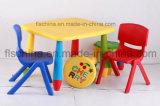 각종 색깔을%s 가진 아이 아이들을%s 플라스틱 테이블
