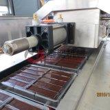 Máquina automática cheia a fazer o chocolate