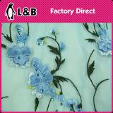 青い花によって刺繍される石造りのレースファブリック