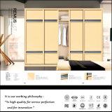 De moderne Witte Garderobe van de Schuifdeur met de Gravure van de Bloem