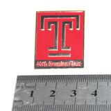 Pin de encargo rojo barato de la solapa de la letra T de la fábrica profesional