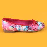 Zapatos rosados de los cabritos de las bombas de los planos de las muchachas del niño con Bowknot